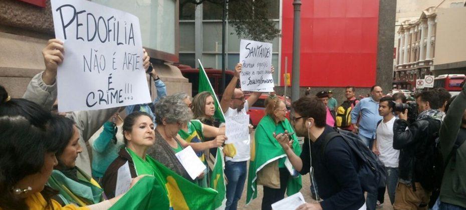 Grupos LGBT fazem ato a favor da exposição do Santander Cultural.